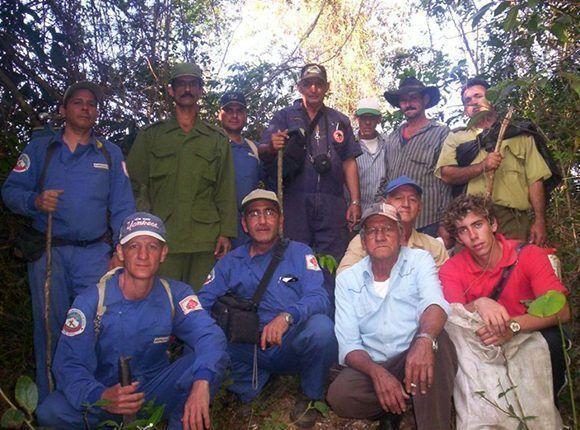Grupo de espeleólogos, peritos y familiares de Ernesto durante las pesquisas en el terreno. (Cortesía de Alejandro Romero)