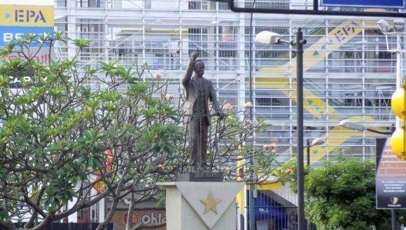 Repudian cubanos residentes en Venezuela ultraje a estatua de José Martí.