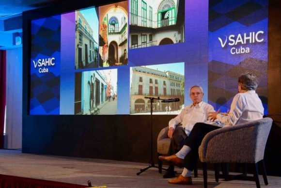 Eusebio Leal, Historiador de La Habana, durante el conversatorio realizado con Arturo García (D), presidente y fundador de SAHIC, en la Conferencia Sudamericana de Inversión en Hotelería y Turismo (SAHIC, por sus siglas en inglés),  en el Hotel Melia Cohiba, en La Habana, Cuba, el 16 de mayo de 2017.  Foto: ACN / Abel Padrón Padilla