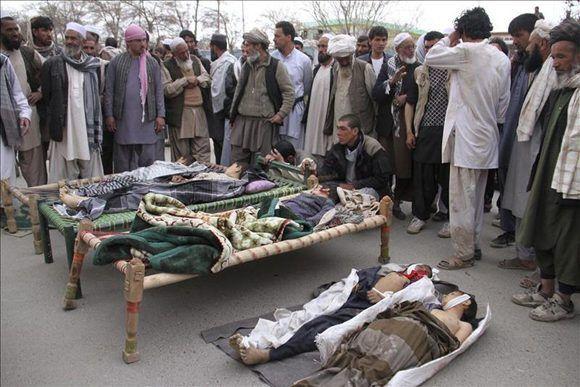 Familiares lloran la muerte de niños fallecidos en un ataque con bomba en Ghazni (Afganistán). Foto: Archivo