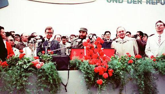 """El Comandante en Jefe Fidel Castro durante un acto popular en la Plaza """"Ernest Thaelman"""", Rostock, durante su visita oficial a la República Democrática de Alemania (RDA), 17 de junio de 1972. Foto: Estudios Revolución / Sitio Fidel Soldado de las Ideas."""