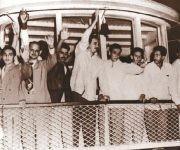 """Fidel, al centro, saluda a compañeros y amigos que aguardaban por los moncadistas en el muelle de Batabanó en su regreso de Isla de Pinos a bordo de El Pinero. Fuente: Libro: """"Fidel Castro Guerrillero del Tiempo""""/ Sitio Fidel Soldado de las Ideas, 16 de mayo de 1955."""