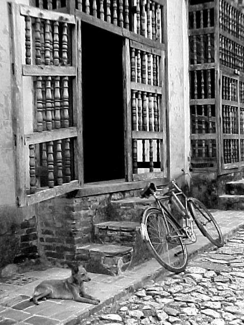 Aparcando la bici en Trinidad, Sancti Spíritus. Foto: Dr. Elier de Hombre Cabrera, de La Habana / Cubadebate