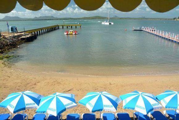 Los asistentes a la Feria Internacional de Turismo FITCUBA-2017 llegan en catamaranes a las costas de Gibara, en la oriental provincia Holguín, Cuba, el 2 de mayo de 2017. ACN FOTO/Juan Pablo CARRERAS