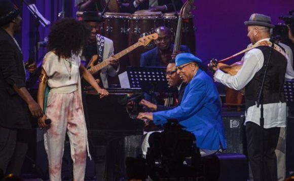 Los pianistas cubanos Chucho Valdés (C. der.) y Gonzalo Rubalcaba (C. izq.), durante el final de la gala con motivo del Día Internacional del Jazz, en el Gran Teatro de La Habana Alicia Alonso, Cuba, el 30 de abril de 2017.   ACN FOTO/Marcelino VÁZQUEZ HERNÁNDEZ/ogm