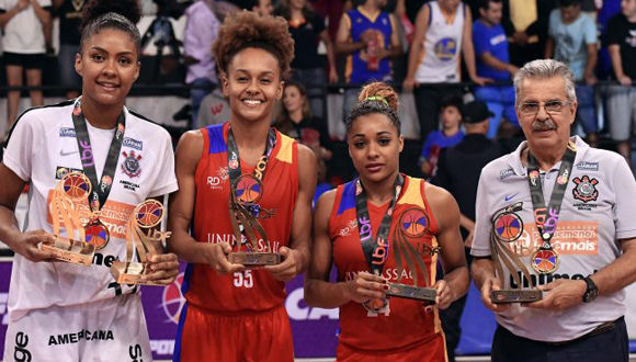 Casanova, tercera de izquierda a derecha, fue la mejor asistidora del certamen. Foto tomada de http://ligadebasquetefeminino.com.br.