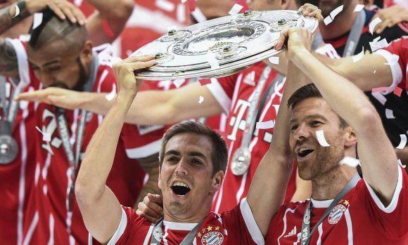 Phlipp Lahm y Xabi Alonso se despidieron del fútbol como campeones con el Bayer Múnich. Foto: EFE