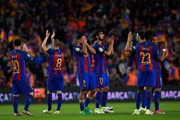 Los jugadores del FC Barcelona después de terminar el partido ante el Eibar, pese a ganar 4-2, terminaron a tres puntos del Madrid. Foto: AFP.
