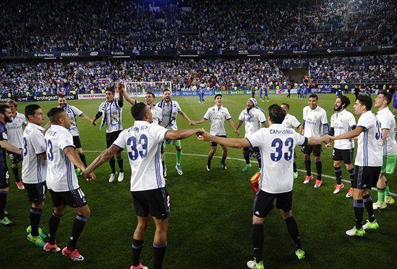 Los jugadores del Real Madrid, vestidos con la camiseta de campeones, celebra en coro el 33 título de liga del club. Foto: AP.