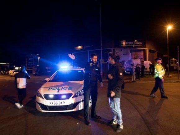 Luego de la explosión, la Policía acordonó toda las entradas del Manchester Arena en Inglaterra. Foto: Reuters