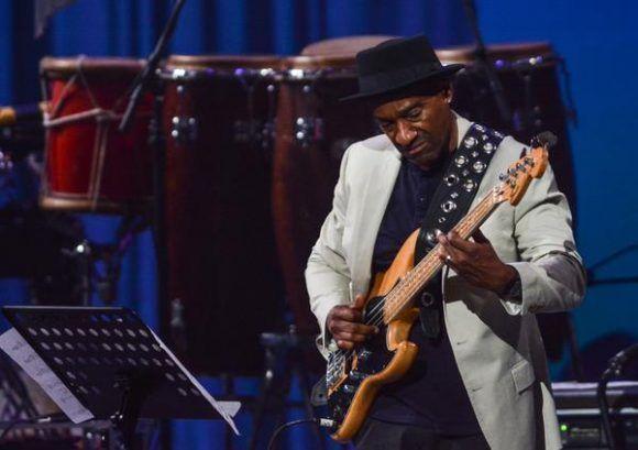 El compositor y productor estadounidense Marcus Miller, durante la gala con motivo del Día Internacional del Jazz, en el Gran Teatro de La Habana Alicia Alonso, Cuba, el 30 de abril de 2017.   ACN FOTO/Marcelino VÁZQUEZ HERNÁNDEZ