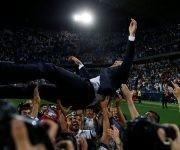 Zidane es lanzado por sus jugadores para celebrar el título 33 de Liga. Foto: Reuters.