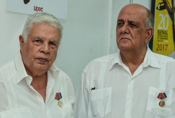 Rolando Alfonso Borges (I) y el Dr. Luis Curbelo Alfonso, director del Instituto Nacional de Oncología y Radiobiología, luego de recibir la Distinción Félix Elmuza, máximo galardón que otorga la Unión de Periodistas de Cuba (UPEC), en ceremonia efectuada en la sede de la organización, en La Habana, el 3 de mayo de 2017. Foto: ACN/ Marcelino Vázquez.
