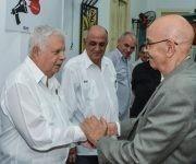Rolando Alfonso Borges (I), recibe la Distinción Félix Elmuza, máximo galardón que otorga la Unión de Periodistas de Cuba (UPEC), de manos de Antonio Moltó (D), Presidente de la organización, en ceremonia efectuada en la sede de la UPEC, en La Habana, Cuba, el 3 de mayo de 2017. Foto:       ACN/ Marcelino Vázquez.