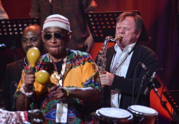 El saxofonista ruso Igor Butman (D), durante la gala con motivo del Día Internacional del Jazz, en el Gran Teatro de La Habana Alicia Alonso, Cuba, el 30 de abril de 2017. ACN FOTO/Marcelino VÁZQUEZ HERNÁNDEZ