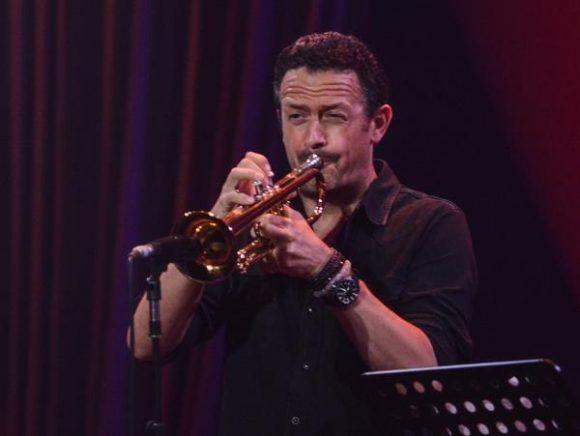 El trompetista alemán Till Brönner, durante la gala con motivo del Día Internacional del Jazz, en el Gran Teatro de La Habana Alicia Alonso, Cuba, el 30 de abril de 2017.   ACN FOTO/Marcelino VÁZQUEZ HERNÁNDEZ