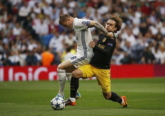 El Real Madrid fue muy superior al Atlético en todas las zonas del campo. Zidane tuvo un mejor planteamiento que el Cholo. En la imagen, Toni Kroos disputa un balón junto a Antoine Griezmann. Foto: Reuters.