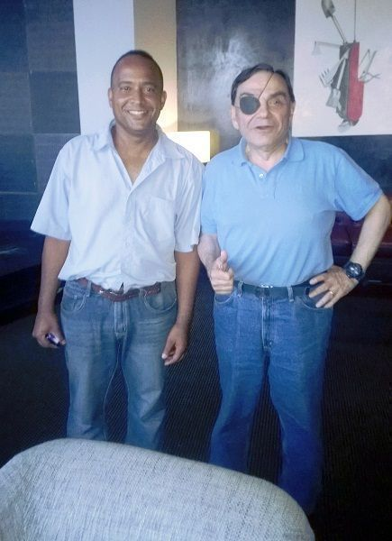 Walter Martínez comparte y se toma fotos con seguidores cubanos de Dossier.