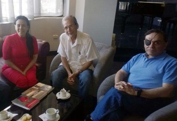 Walter Martínez y Alida Sanoja, con el destacado historiador cubano Rolando Rodríguez. Foto Cortesía del autor.