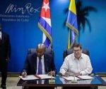 Bruno Rodríguez Parrilla, ministro cubano de Relaciones Exteriores C der.), y Pacôme Moubelet Boubeya (C izq.), ministro de Estado,  ministro de Asuntos Exteriores, de la Francofonía y de la Integración Regional, encargado de los Gaboneses en el Exterior de la República Gabonesa, durante la firma del Acuerdo para consultas diplomáticas  entre los ministerios de ambos países, en la sede de la cancillería en La Habana, Cuba, el 4 de mayo de 2017.  ACN  FOTO/Abel PADRÓN PADILLA/sdl
