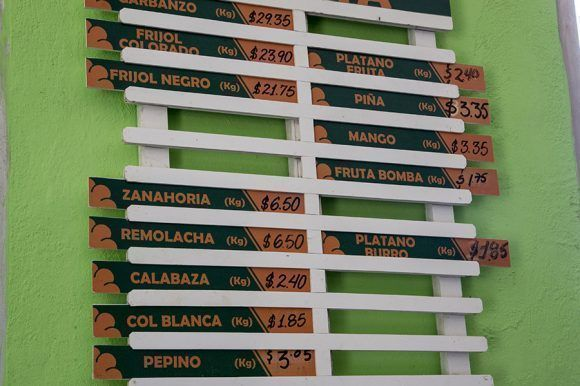 Listado de precios en Mercado La Uva, de Frutas Selectas. Santa Clara. Foto: Ismael Francisco/Cubadebate.
