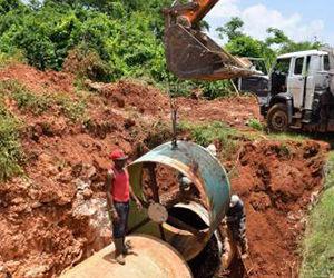 Trabajadores laboran para restablecer el servicio de agua en La Habana. Foto: Oilda Mon Rodríguez/ Tribuna de La Habana.