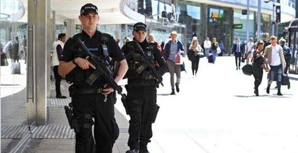 Dos policías británicos patrullan el centro de Manchester. | EFE