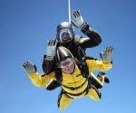 Hombre rompe el record mundial por lanzarse de un paracaídas a sus 101 años Hombre rompe el record mundial por lanzarse de un paracaídas a sus 101 años. Foto: BBC.