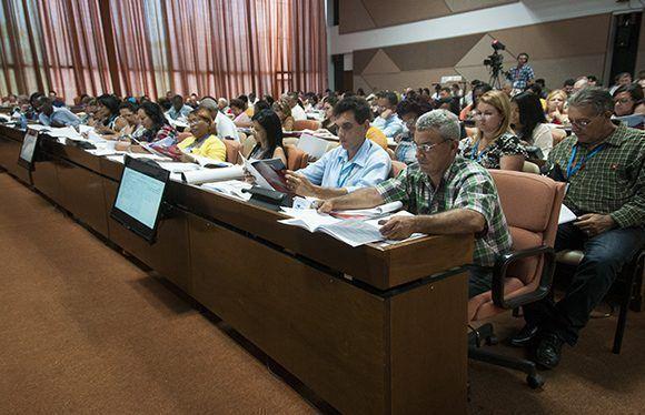 momentos del debate en comisiones de la Asamblea Nacional. Foto: Irene Pérez/ Cubadebate.