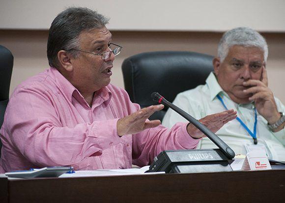Marino Murrilo, Presidente de la comisión de implementación de los lineamientos y José Luis Toledo Santander, Presidente de la comisión de Asuntos Constitucionales. Foto: Irene Pérez/ Cubadebate.