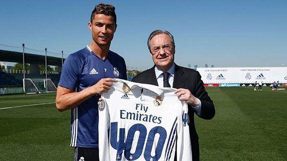 Cristiano Ronaldo recibe del presidente del Real Madrid, Florentino Pérez, una camiseta homenaje por su gol 400, pero según estadísticas oficiales el portugués tiene 399. Foto: Real Madrid.