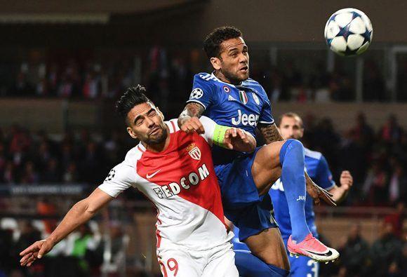 Dani Alves fue un seguro en defensa y un puñal en ataque. En la imagen pelea por un balón aéreo con Falcao. Foto: AFP.