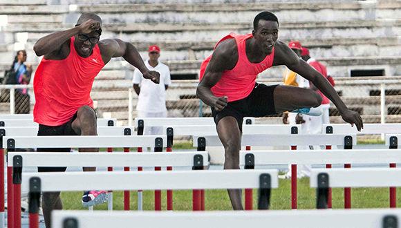 Dayron Robles (I) y Roger Iribarne (D)  durante la final de los 110 metros con vallas en la edición 64 del Memorial Barrientos de Atletismo, en el Estadio Olímpico, en La Habana, Cuba , el 26 de mayo de 2017.   ACN   FOTO/ Roberto MOREJÓN RODRÍGUEZ/Periodico JIT/INDER/sdl