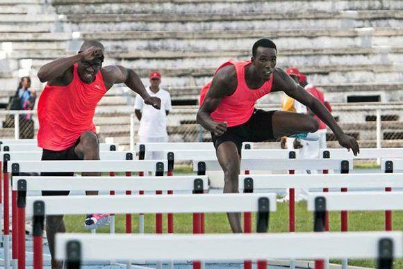 Dayron Robles (I) y Roger Iribarne (D)  durante la final de los 110 metros con vallas en la edición 64 del Memorial Barrientos de Atletismo, en el Estadio Olímpico, en La Habana, Cuba , el 26 de mayo de 2017. Foto: ACN/ Roberto Morejón/ Jit.