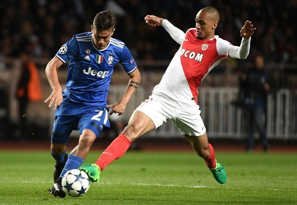 Dybala tuvo uno de sus mejores partidos. En la imagen disputa un balón con Fabinho. Foto: AFP.