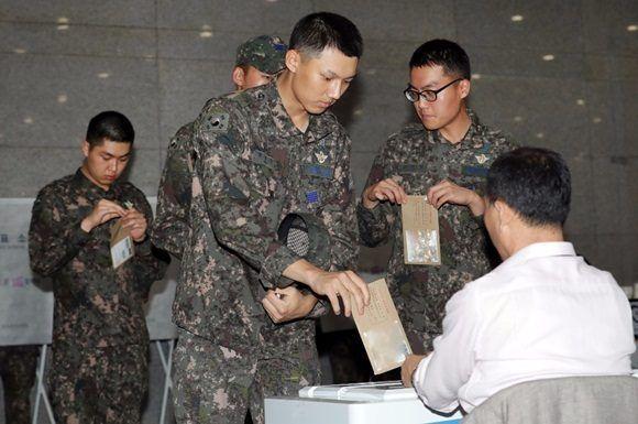 Soldados de República de Corea votan anticipadamente en Seúl, República de Corea. Foto Xinhua
