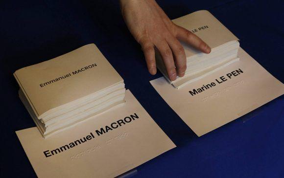 Apenas dos horas para que cierren los colegios electorales. A partir de las ocho, los primeros sondeos sobre la pugna Macron-Le Pen. Foto: AFP.
