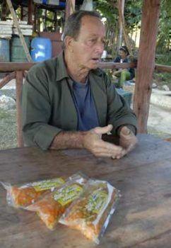 """""""Procesamos y envasamos nosotros mismos las bolsas de encurtidos de vegetales, con el nombre Frutisel"""", explica el campesino Nelson Mesa, especializado en productos como el petit pois."""