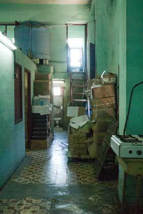 La farmacia ubicada frente al hospital Doctor Salvador Allende muestra un deplorable estado físico. Igual que en otras unidades, su reparación ha sido largamente postergada.