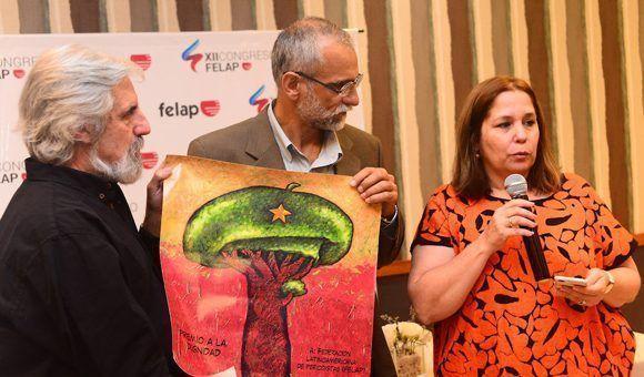 """FELAP recibe el Premio a la Dignidad de la UPEC. En la imagen, de izquierda a derecha, Juan Carlos Camaño, Ariel Terrero -director del Instituto Internacional de Periodismo """"José Martí""""- y Rosa Miriam Elizalde. Foto: Jorge Arias."""