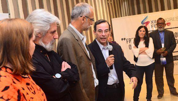 La organización despidió con un emotivo homenaje al cubano Tubal Páez (cuarto de izquierda a derecha), quien fungía como Vicepresidente primero de la FELAP. Foto: Jorge Arias.