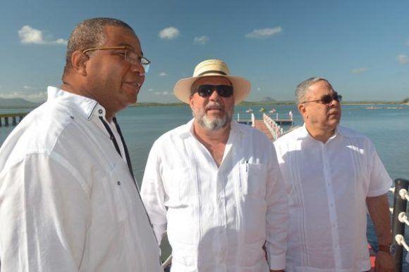 Manuel Marrero (C), ministro de turismo de Cuba, Luis Antonio Torres Iríbar (D), primer secretario del Partido Comunista de Cuba (PCC) en la provincia de Holguín, y Jorge Cuevas Ramos (I), miembro del Secretariado y Jefe del Departamento de Turismo, Transporte y Servicios del Comité Central del Partido Comunista de Cuba (CC PCC), durante la presentación de la ciudad Gibara como destino turístico, como parte de la Feria Internacional de Turismo FITCUBA-2017, el 2 de mayo de 2017.   ACN FOTO/Juan Pablo CARRERAS