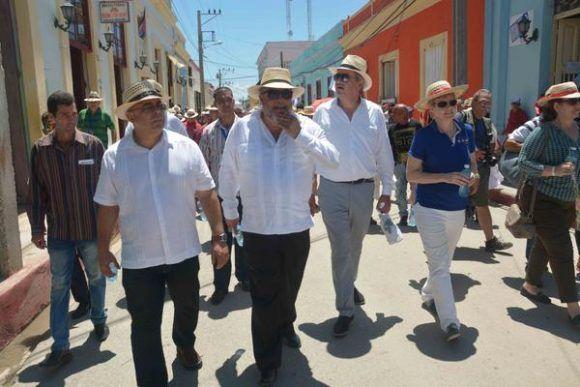 Manuel Marrero (C izq.), ministro de turismo de Cuba, junto a  Luis Antonio Torres Iríbar (segundo de la izq.), primer secretario del Partido Comunista de Cuba (PCC) en la provincia de Holguín, y participantes en la Feria Internacional de Turismo FITCUBA-2017, durante un recorrido por la ciudad Gibara, el 2 de mayo de 2017.    ACN FOTO/Juan Pablo CARRERAS