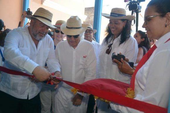 El ministro cubano de Turismo Manuel Marrero (I),  junto  con el presidente ejecutivo del Grupo Iberostar, Miguel Fluxà (C izq.), cortan la cinta que deja inaugurado el Hotel Plaza Colón, en la ciudad de Gibara, en Holguín,  el 2 de mayo de 2017.    ACN FOTO/Juan Pablo CARRERAS
