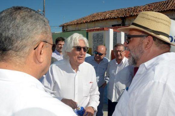 Manuel Marrero (D), ministro de turismo de Cuba, junto al presidente ejecutivo del Grupo Iberostar, Miguel Fluxà (C), durante la presentación de la ciudad Gibara como destino turístico, como parte de la Feria Internacional de Turismo FITCUBA-2017, en la oriental provincia Holguín, Cuba, el 2 de mayo de 2017.    ACN FOTO/Juan Pablo CARRERAS