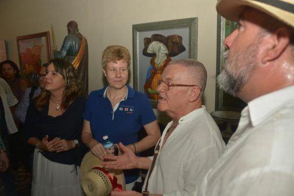 El ministro cubano de Turismo Manuel Marrero (C izq.),  junto al dibujante, ilustrador y muralista Cosme Proenza (C), y participantes en la Feria de Turismo FITCUBA 2017, en la Galeria Estudio del artista de la plástica cubana, en la ciudad de Gibara,  el 2 de mayo de 2017.  A la derecha L   ACN FOTO/Juan Pablo CARRERAS
