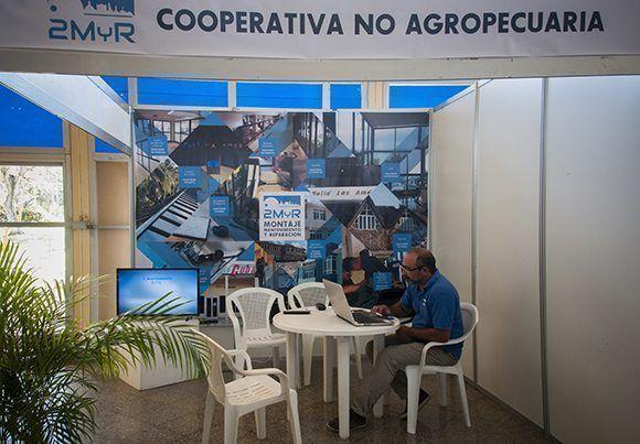 Stand de la cooperativa 2MyR. Foto: Irene Pérez/ Cubadebate.