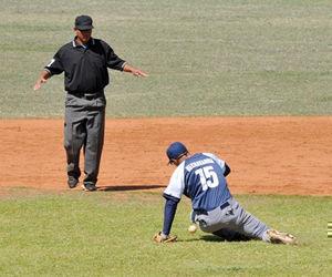 Los santiagueros pegaron seis hits, dos menos que los holguineros en un juego sin errores a la defensa. Foto: aldia.cu