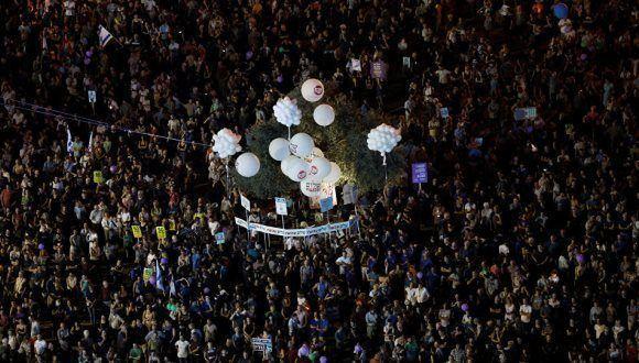Más de 10.000 personas se concentraron en Tel Aviv para manifestarse contra la ocupación israelí de los territorios palestinos y mostrar su apoyo a la solución de dos estados para el conflicto entre palestinos e israelíes. Foto: Reuters.
