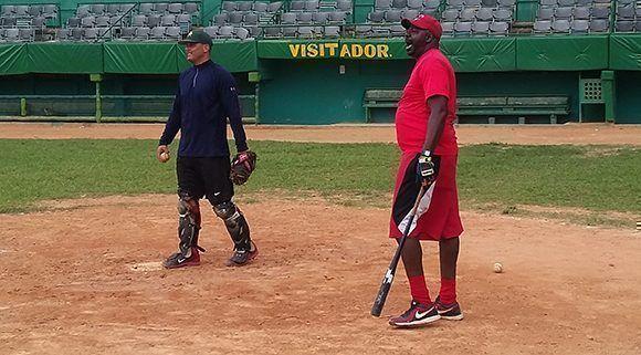 A Lazo le gusta dirigir personalmente las sesiones de infield. Foto: Michel Contreras/Cubadebate.